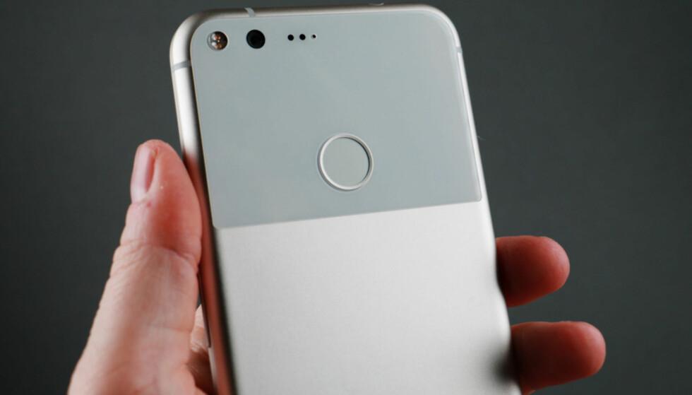 Google Pixel og Pixel XL (avbildet) ser ut til å være de eldste telefonene som blir oppdatert til Android Pie. Foto: Pål Joakim Pollen