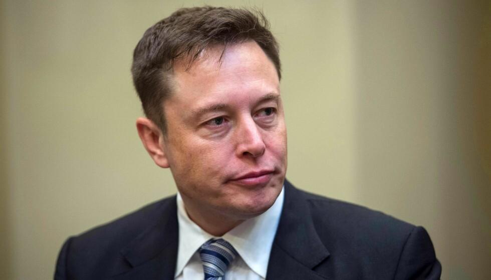 FORBANNA: Elon Musk ble mildt sagt forbannet under en besøk på en av sine fabrikker nylig. Foto: NICHOLAS KAMM / AFP