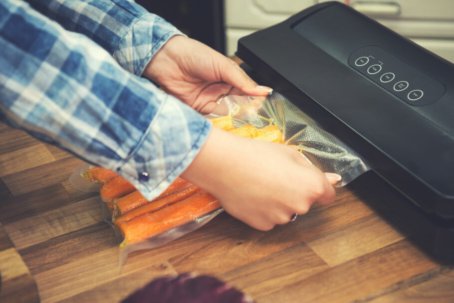 MATEN HOLDER LENGER: Med en vakuumpakker kan du doble eller tredoble holdbarheten på maten, avhengig av hva og under hvilken temperatur, ifølge Nofima-forsker Hanne Larsen. Foto: Shutterstock/NTB scanpix