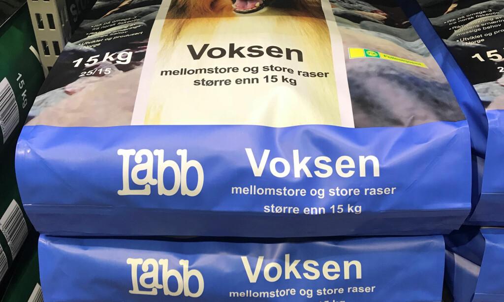 SYKE AV FÓR: Flere hunder har blitt syke av tørrfór fra Felleskjøpet. Levér inn fóret og få det erstattet, sier produsenten. Foto: Christina Honningsvåg.