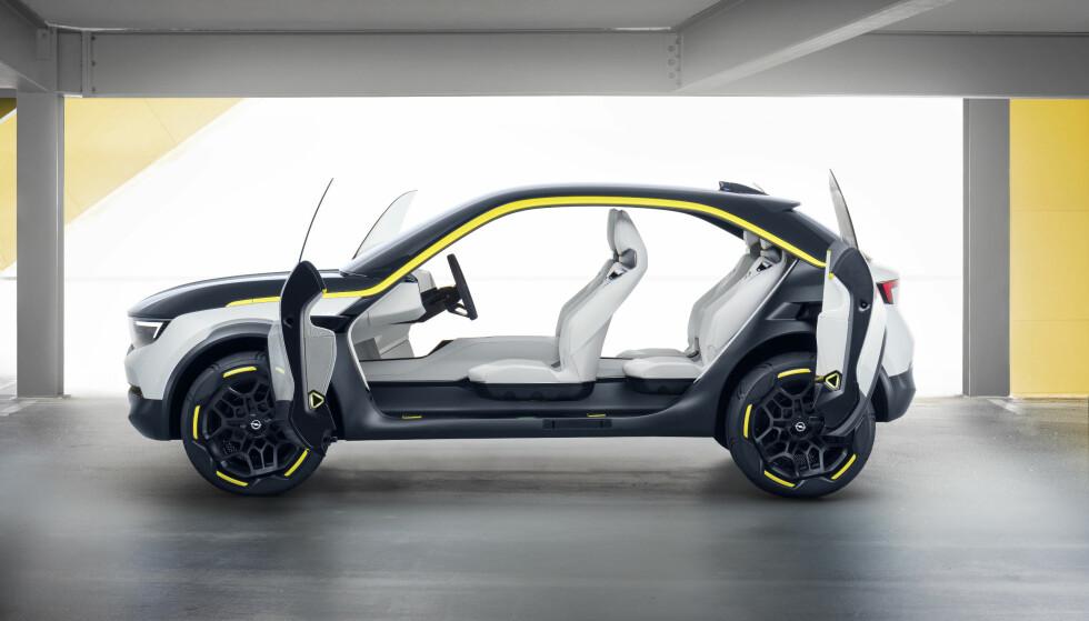 ENKEL TILGANG: Dørene åpnes i hver sin retning i opptil 90 graders vinkel, som skal gjøre kupeen enkelt tilgjengelig. Foto: Opel