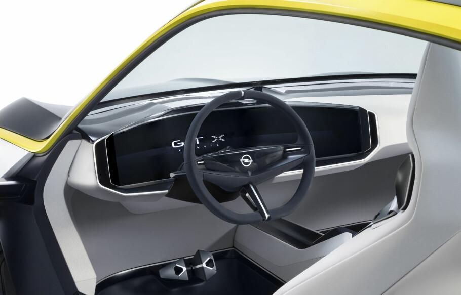 MINIMALISTISK: Interiøret i GT X Experimental er ekstremt renskårent i designen, med en skjermmodul kalt Pure Panel som sentralt element. Foto: Opel