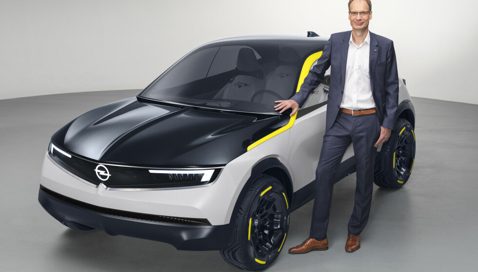 OPEL BLIR ELEKTRISK - FOR ALVOR: Neste Opel Corsa kommer som elbil, har den norske importøren bekreftet i dag. Bilen vi ser her er elektriske Opel GT X Experimental, som ble presentert på sensommeren av designansvarlig Mark Adams (bildet). Vi regner med at Corsa vil ha en noe mer moderat design, men fronten, som kalles Opel Vizor, viser den designstilen Opel har tenkt å innføre i fremtiden. Foto: Adam Opel AG