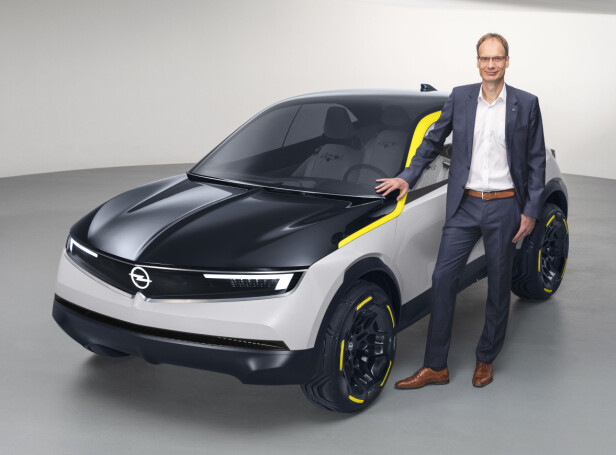 VISJON: Designansvarlig hos Opel, Mark Adams, viser stolt frem Opel GT X Experimental med fronten som skal bli et Opel-kjennetegn: Opel Vizor. Foto: Opel