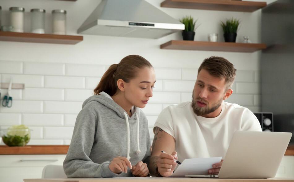 FORUTSIGBARHET: Dersom økonomien din ikke tåler usikkerhet og rentesvingninger, kan det være lurt å binde renten på lånet ditt som en forsikring. Men, husk at du sannsynligvis betaler mer i lengden med fast rente. Foto: Shutterstock/NTB Scanpix.