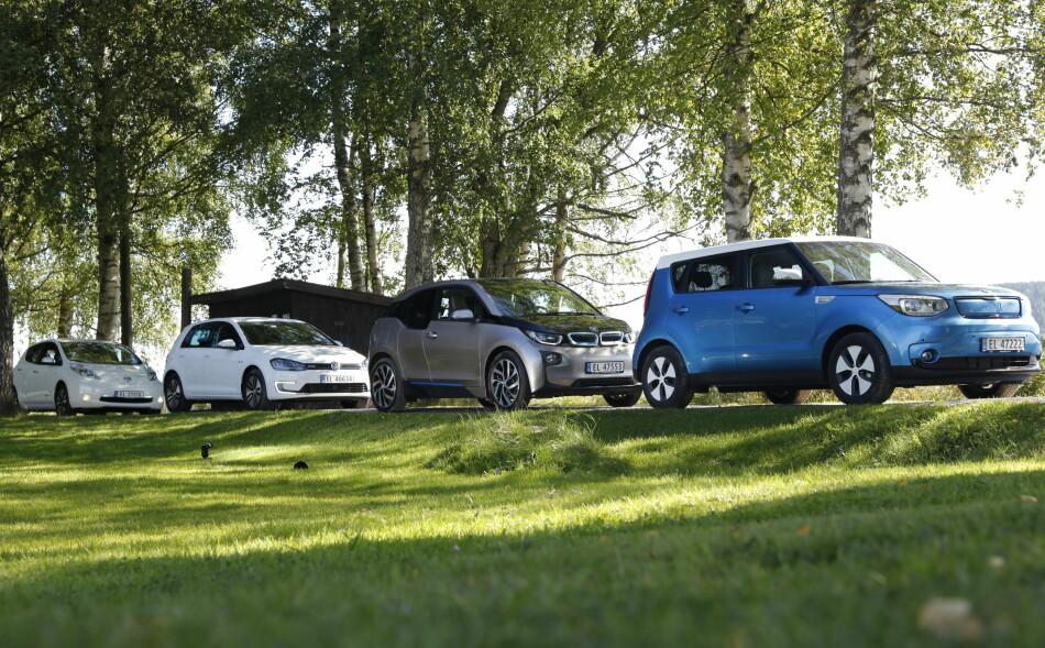 TESTVINNER: Kia Soul (til høyre) er elbilen som holder mest av hva den lover hva gjelder rekkevidde, ifølge en stor europeisk test av elbiler. BMW i3 og VW e-Golf (nr to og tre fra høyre) holder også ord. Nye Nissan Leaf (forrige generasjon til venstre) innfrir imidlertid ikke. Foto: Jamieson Pothecary