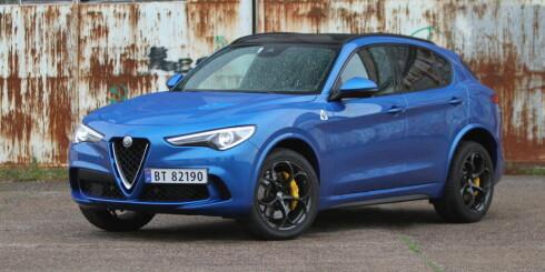 OSER MUSKLER: Det er ikke lenger et must at Alfa Romeo skal være knall rød. Blå med gule kalippere er hot stuff blandt Alfistaene om dagen. Quadrifoglio har 20-tommere standard og fargede plastskjermer. Foto: Rune M. Nesheim