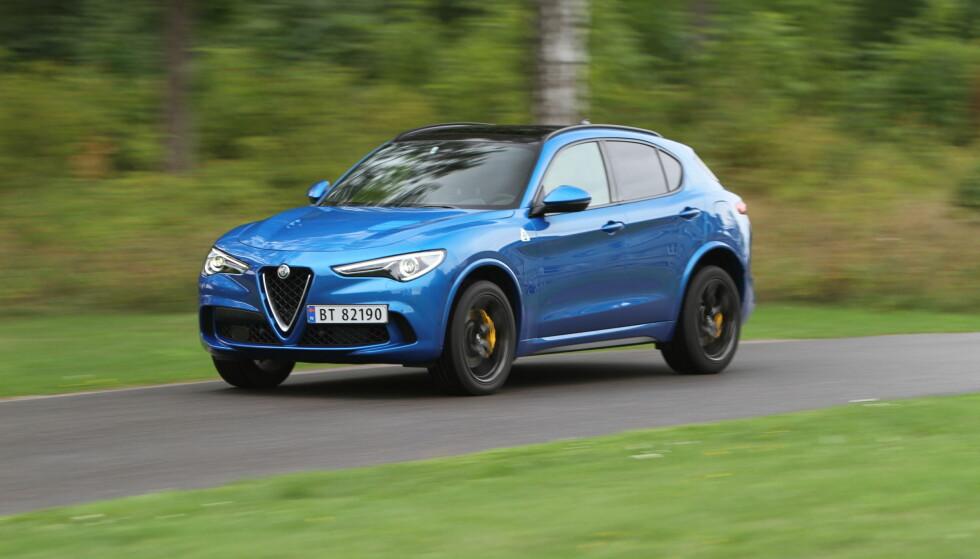 HØY: Alfa Romeo gir blaffen i terreng-egenskapene, men bakkeklaringen er allikevel 20 centimeter. Det er høyt. Den kunne ha kledd å blitt jekket ned en god del og fått ennå større diameter på hjulene. 20-tommers felger er ikke spesielt stort på biler av denen størrelsen. Foto: Rune M. Nesheim
