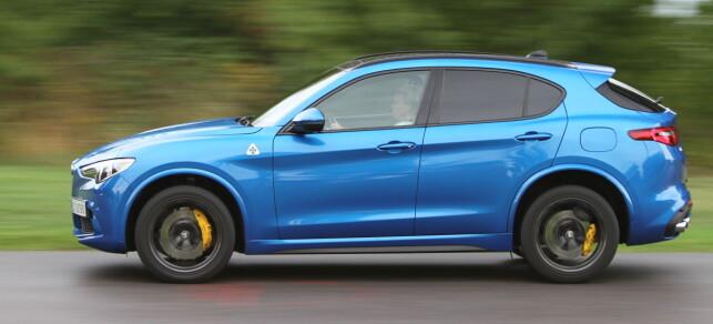 GODE GARANTIER: Alfa Romeo kjører knallbra garantiordninger. Hele 7 års garanti eller 200.000 km, 30 år på lakk og 8 år på rust. Er ikke det rimelig bra for en muskelbil? Nesten et kjøpsargument alene. Foto: Rune M. Nesheim