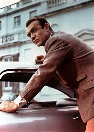 LEGENDE: Goldfinger var den første filmen med Aston Martin DB5. Bak rattet satt Sean Connery, som ikke hadde noen problemer med å kjøre fra en Ferrari på svingete veier. Foto: Mary Evans Picture / NTB Scanpix