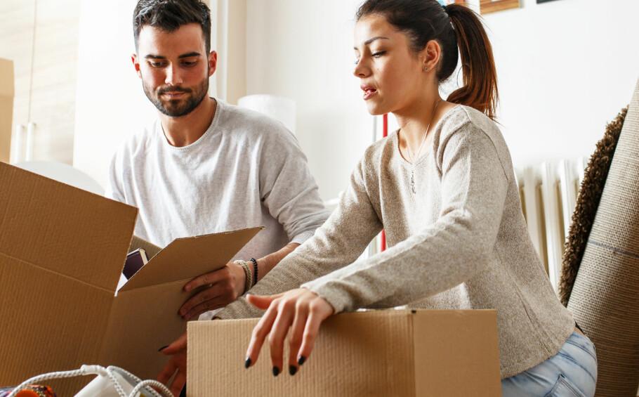 FLYTTE SAMMEN: Dere har gjerne bestemt dere for å bli samboere og dermed kjøpt en bolig sammen. Lånet dere har tatt opp skal dere betale ned i fellesskap, men det er lurt å finne ut om regningen skal deles i to like deler, eller om én av dere bør betale mer enn den andre. Foto: Shutterstock/NTB Scanpix.
