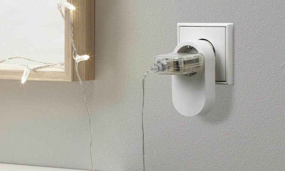 UTVIDER SMARTHUS-SERIEN: I oktober kommer Ikea med en smartkontakt som gjør at du kan styre lamper og andre enheter som ikke i seg selv er smarte. Smartkontakten er en plugg du setter mellom stikkontakten og støpselet på enheten du vil styre. Foto: Ikea.no