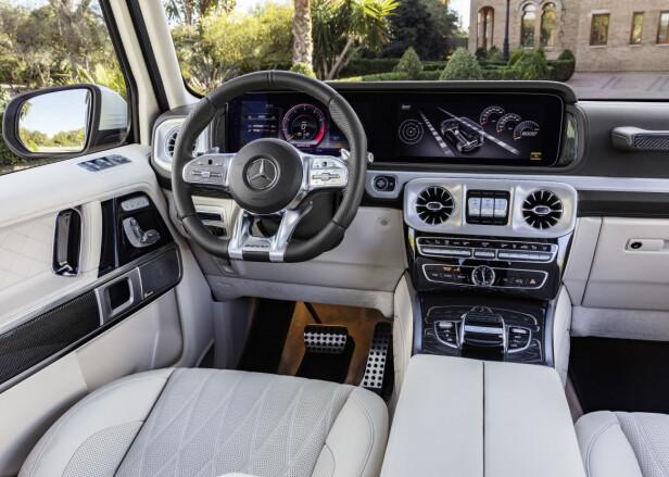 SALIG MIKS: Rustikt i formene, men digitalisert og med høyverdige materialer - slik fremstår førermiljøet i G-klasse.Foto: Daimler