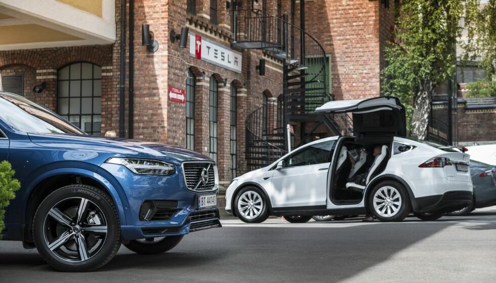 HAR GOD PLASS: Dinside har sammenlignet den teoretiske bagasjerom-størrelsen på elbilene. Tesla Model X (t.h.) er i særklasse størst, med setene nede. Derfor kan den på mange måter sammenlignes med fossil-biler som Volvo XC90 (t.v.). Foto: Jamieson Pothecary