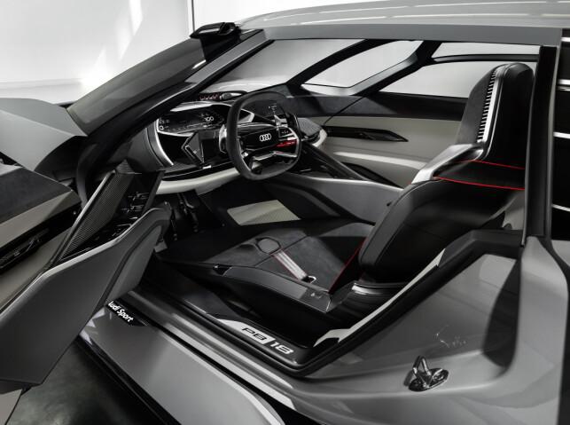EN ELLER TO: Om ønsket kan cockpit-avdelingen med førersete flyttes til en side for å få plass til et passasjersete. Foto: Audi