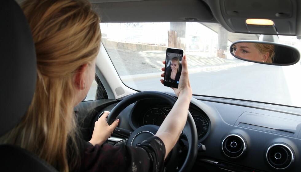 FARLIG MOBILBRUK: Foreldre er verre enn andre, når det kommer til å bruke mobiltelefonen bak rattet, viser en undersøkelse. Foto: Gjensidige
