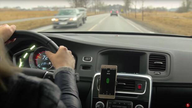 FØLG MED: Å tilby kjørescore på mobilskjermen i sanntid er neppe med på å gjøre deg til en tryggere sjåfør. Foto: Sparebank1/YouTube