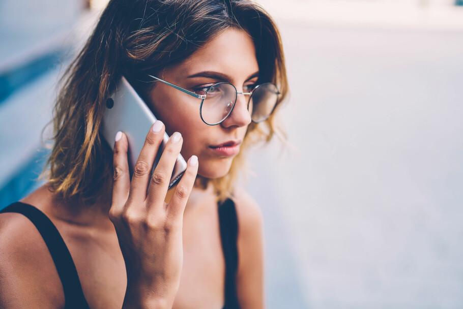 FARLIG: Å ta telefonen når en svindler ringer trenger ikke være farlig i seg selv. Men å ringe tilbake til en wangiri-svindler kan bli dyrt. Pass derfor på å sjekke ukjente telefonnummer på mobilen din. Foto: Shuttestock / NTB Scanpix