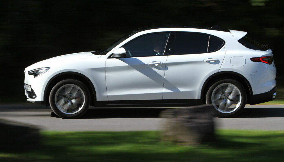<strong>20 CM:</strong> Stelvio ser langt mer styltete ut enn de fleste SUV-er, men så har den faktisk 20 cm bakkeklaring også. Foto: Rune M. Nesheim