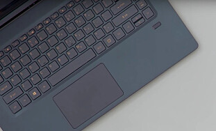 HELLO: Acer-maskinen har en egen fingeravtrykksleser under tastaturet som kan brukes med Windows Hello. Foto: Acer