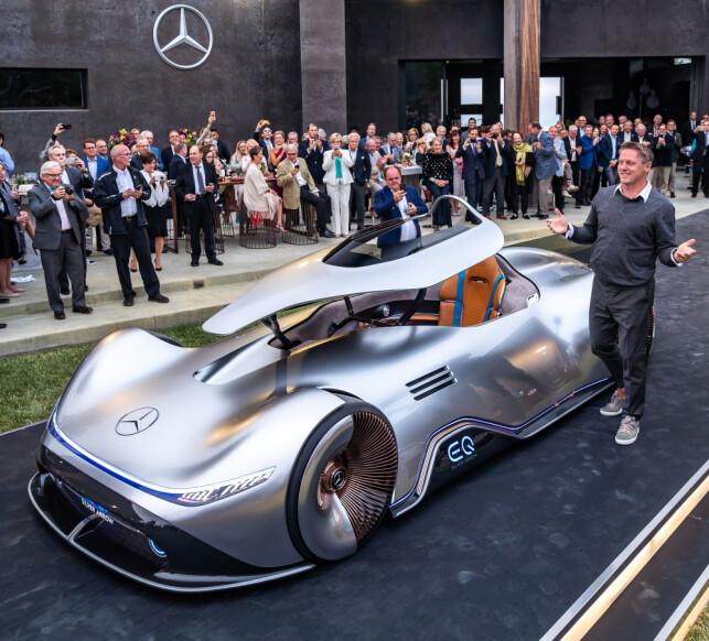 KRAGE: Som på 30-tallsoriginalen, er det en bevegelig krage som heves for å gi tilgang til førerplassen, for deretter å senkes igjen. Foto: Daimler