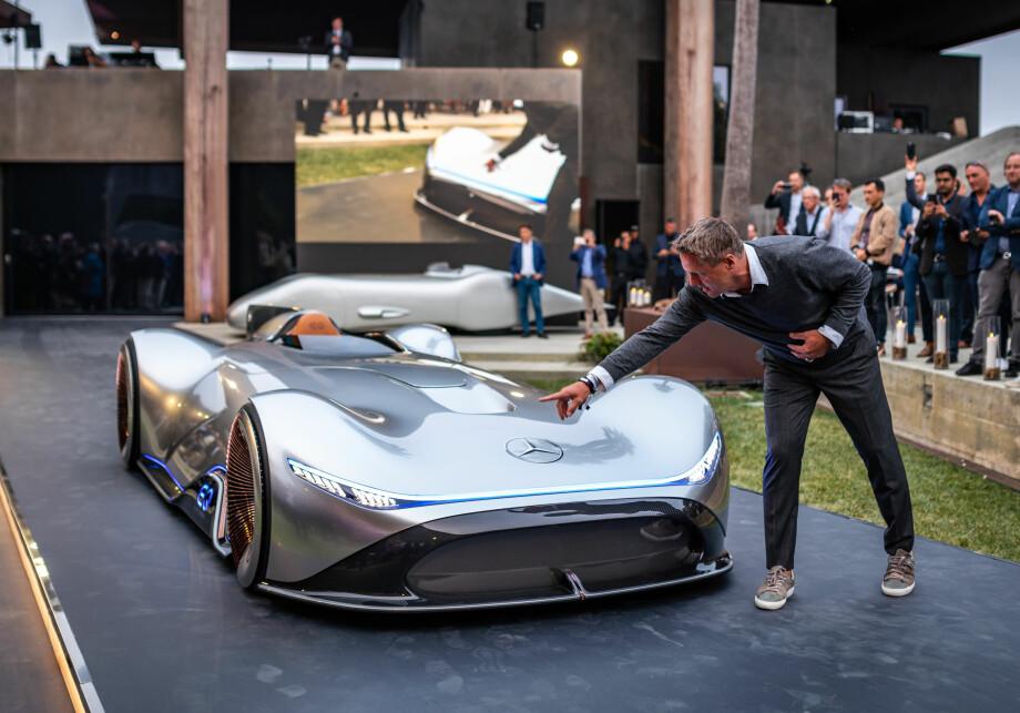 RETROVISJON: Mercedes-designsjef Gorden Wagener viser designdetaljene på konseptbilen Vision EQ Silver Arrow, en hyllest til rekordbilen fra 80 år siden. Foto: Daimler