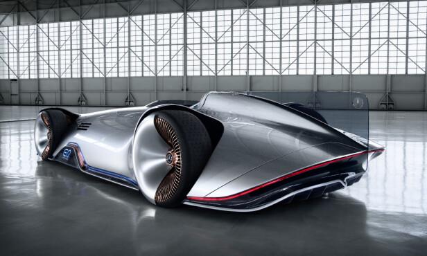 HEKKFINNE: Det meste er gjort for å oppnå optimal flyt gjennom luften. Resultatet er et nesten surrealistisk utseende - godt hjulpet av de spesielle felgene og lyseffekter både foran, bak og langs sidene. Foto: Daimler