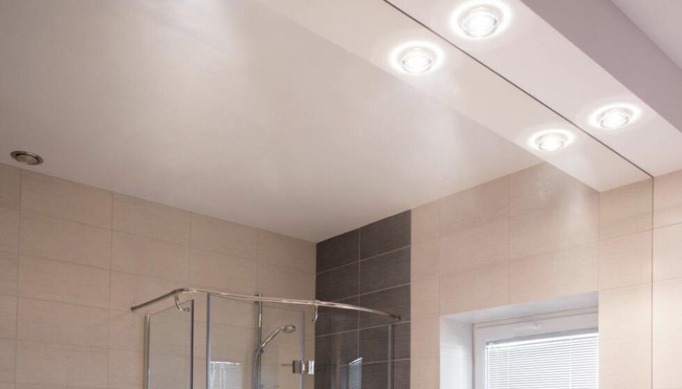 PÅ BADET: Du vil fortsatt kunne få kjøpt halogenpærer til badet ditt, dersom du har lavspenningsanlegg. Har du 220 volt, vil du måtte bytte til LED når pærene går. Heldigvis er dette enkelt. Foto: NTB Scanpix