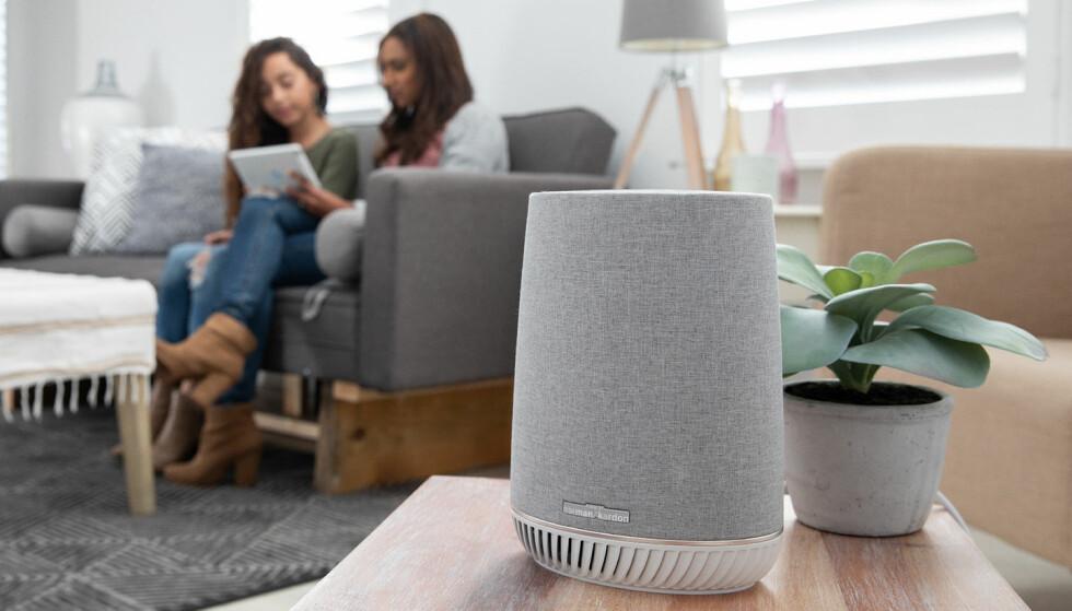 RUTER OG HØYTTALER: Netgears nye Orbi Voice kan brukes med selskapets Orbi-løsning og er i tillegg en Alexa-kompatibel høyttaler. Foto: Netgear