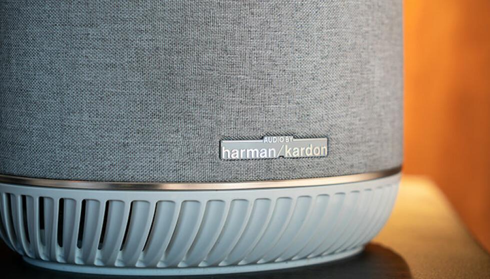 SPILLER MUSIKK: Du kan styre Orbi Voice med stemmen, og den kan spille musikk fra Spotify og andre tjenester. Lyden er levert av Harman Kardon. Foto: Netgear