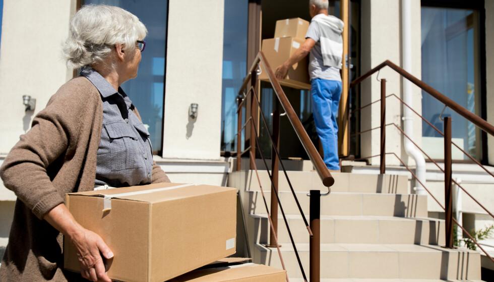 <strong>PÅ FLYTTEFOT:</strong> Det er ikke uvanlig at folk selger huset og kjøper en mindre leilighet når de blir pensjonister. Men, husk at huset ditt kan være verdt like mye som en ny leilighet i byene med de heteste boligmarkedene, og dermed krever boligbyttet litt planlegging. Foto: Shutterstock/NTB Scanpix.