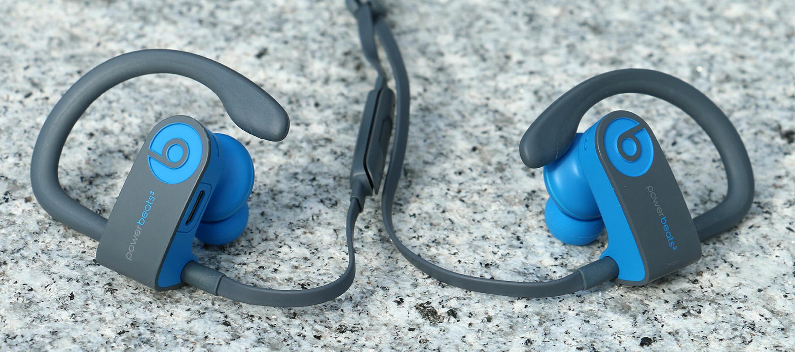 LITT DØLL DESIGN: Powerbeats 3 er ikke de stiligste trådøse ørepluggene vi har sett. Du får de imidlertid i sprekere fargekombinasjoner enn den vi har fått inn til test. Foto: Kirsti Østvang