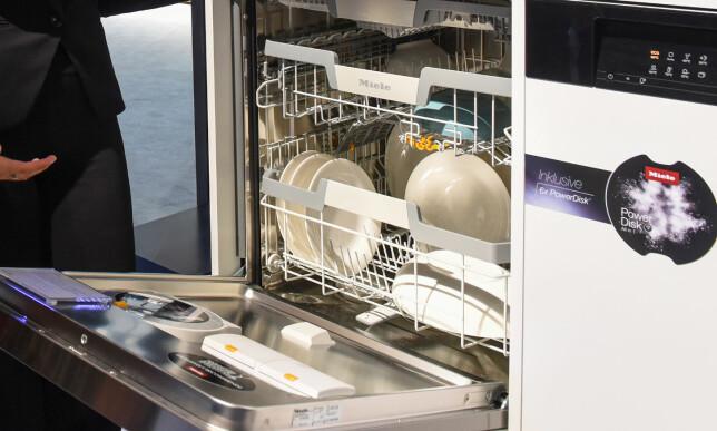 POWERDISK: Den CD-formede installasjonen på døren skal dosere maskinen selv. Foto: IFA