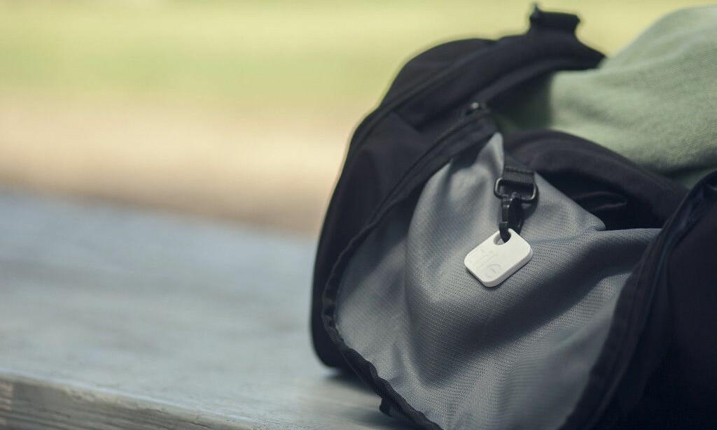 NÅ OGSÅ PÅ HODET: Springsbrikken fra Tile dukker i høst opp i en trådløs hodetelefon med støyreduksjon fra Skullcandy. Foto: Matt Perko/Tile