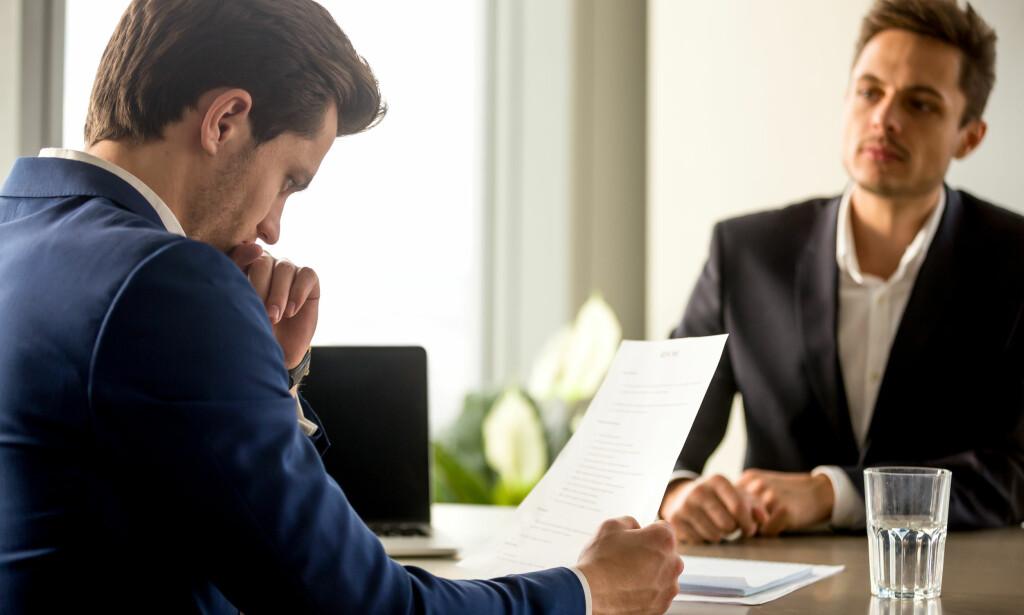 ARBEIDSKONTRAKT: Når du skriver under en ansettelsesavtale er det viktig at du går gjennom og gjør deg kjent med alle punktene, råder Eva Sørmo i Norsk Familieøkonomi. Pensjon, kompetansekrav, lønn og oppsigelse er punkter du bør sjekke nøye, samt om det kreves at du har prøvetid før du får fast ansettelse. Foto: Shutterstock/NTB Scanpix.