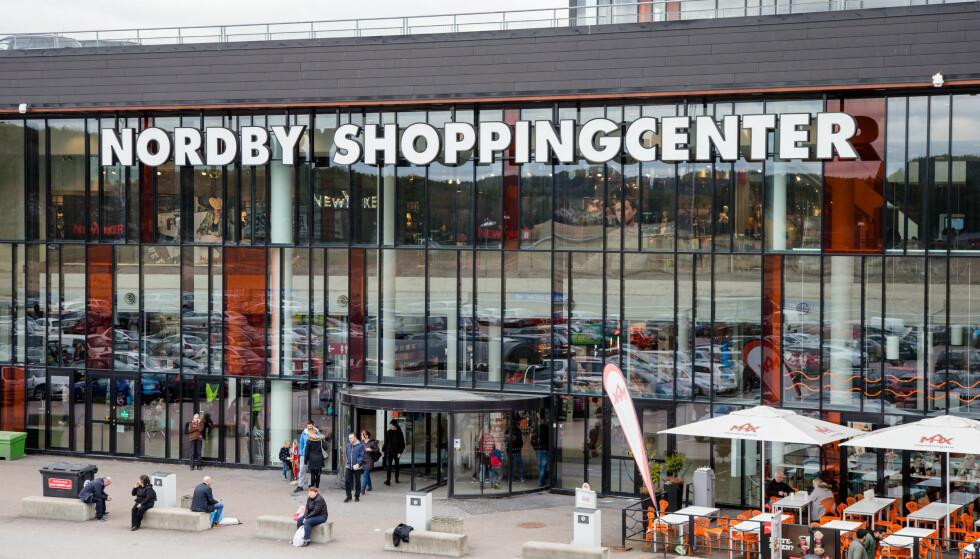 SHOPPING I SVERIGE: Nordby Shoppingcenter i Svinesund er et harryhandelmål for flere nordmenn, og Resurs Bank reklamerer med Nordbykortet, som gir fordeler til forbrukerne som handler her. Men, nå får banken kritikk fra Forbrukertilsynet for å spre ulovlig reklame knyttet til kredittkortet. Foto: Audun Braastad/NTB scanpix.