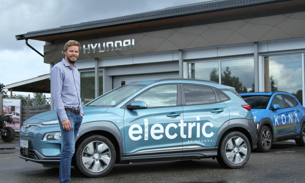 VENTELISTE: – Vi leverer de første bilene til kunder nå. Nye kunder som skriver kontrakt på en Kona Electric i dag, får bilen sin i 2020, sier Hyundai-forhandler Andreas Schøyen. Foto: Rune Korsvoll