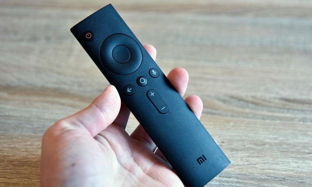 FJERNKONTROLL: Denne går på to AAA-batterier og har kun knapper, inkludert en mikrofonknapp når du vil søke med stemmen. Foto: Pål Joakim Pollen