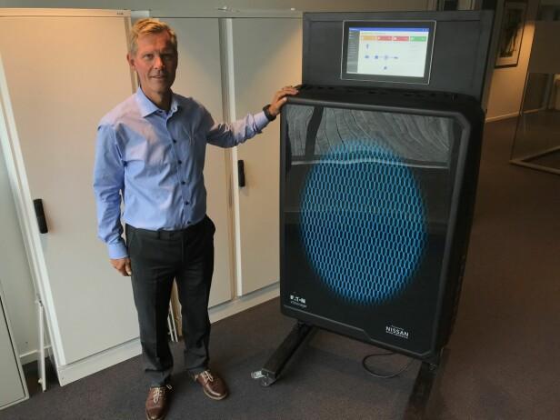 IKKE FOR STUA: Jon Helsingeng i Eaton viser fram hjemmebatteriet. Det er drøye 78 cm høyt, 44 cm bredt og 17 cm dypt. Vekten er på 83 kilo. Foto: Tore Neset