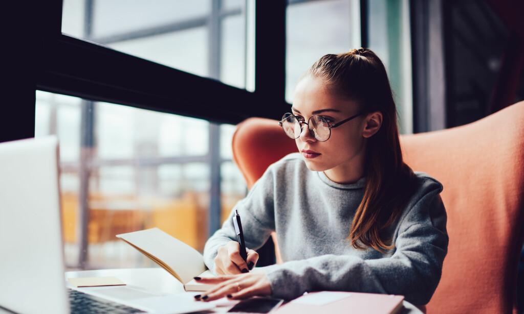 SKOLEVALG: Det er ikke lett å velge utdannelse, og heldigvis kan du ombestemme deg. Bare les kontrakten du inngår nøye hvis du skal gå på privatskole. I verste fall må du betale for hele semesteret dersom du vil slutte. Foto: Shutterstock/NTB Scanpix.