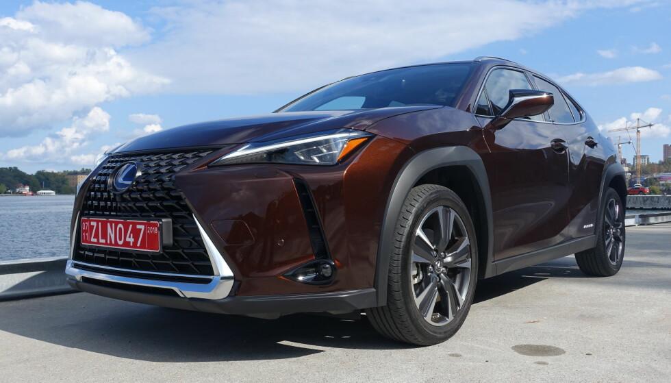 LITT OPPHEIST: Lexus UX heter den nye kompaktklasse-SUV-en fra Toyotas luksusmerke. Det kan argumenteres for at dette er mer en litt høyere kombikupe med SUV-dekor - altså en crossover, og vi er ikke uenige. Uansett er det et friskt pust i det raksest voksende markedssegmentet. Foto: Knut Moberg