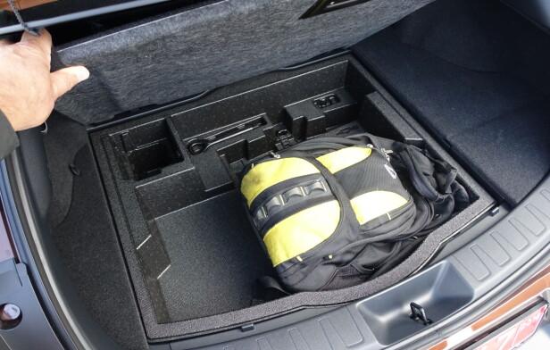 <strong>BEGRENSET:</strong> Volumet på bagasjerommet er ikke oppgitt ennå, men det imponerer ikke. Heldigvis er det et ekstra rom under gulvet. Foto: Knut Moberg