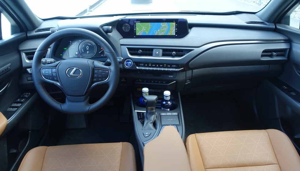 LEXUS-LUXUS i UX: Testbilene våre var topputstyrt og ga en unektelig luksusfølelse, forsterket av at bilen er stillegående og komfortabel på veien. Foto: Knut Moberg