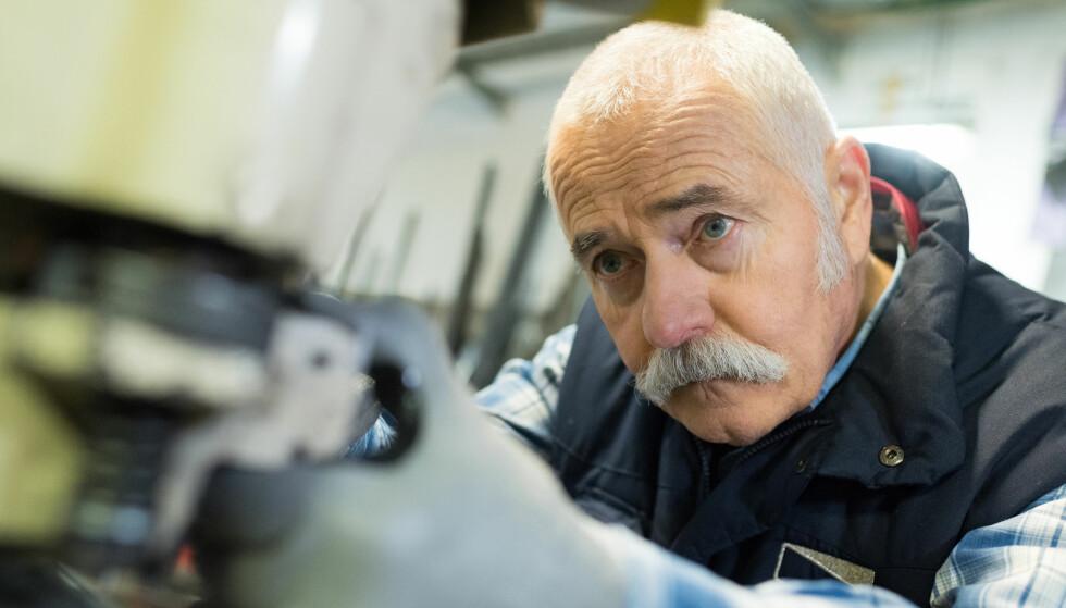 <strong>PENSJONIST I ARBEID:</strong> Pensjonsreformen fra 2011 er en av forklaringene på økningen i antall alderspensjonister. Da ble det blant annet åpnet for uttak av gradert alderspensjon samtidig som du kan fortsette å jobbe. Foto: Shuttestock/NTB Scanpix.