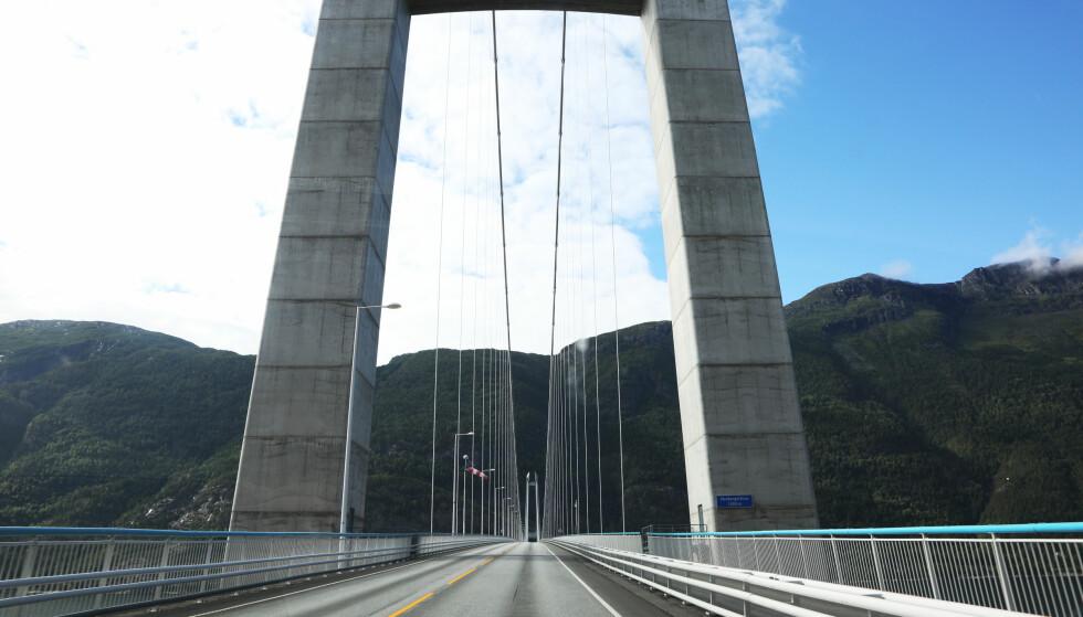 150 KRONER: Så mye vil det etter alt å dømme koste å passere Hardangerbrua til og med år 2030. Foto: NTB Scanpix