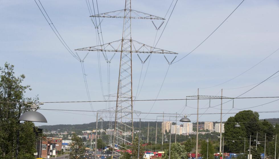 SPARER IKKE PÅ NOE: NVE rapporterer om tre prosent økning i strømforbruket blant nordmenn, og de ser ingen tegn til at folk begynner å spare på strømmen. Foto: Terje Pedersen/NTB scanpix.