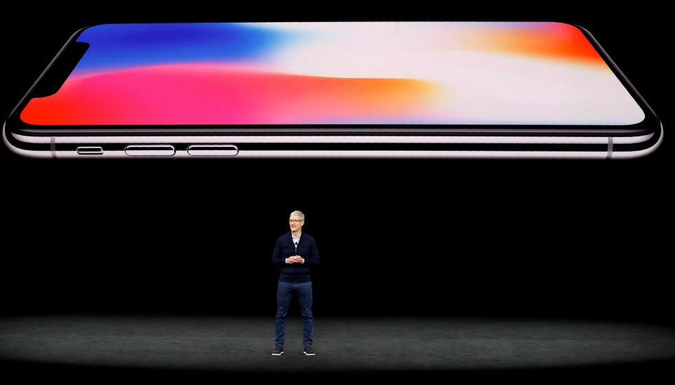 TRE NYE? Det ryktes om at Apple vil lansere tre nye iPhone-modeller i kveld. Bildet over er fra tilsvarende seanse i fjor, der iPhone X så dagens lys. Foto: Stephen Lam/REUTERS/NTB Scanpix