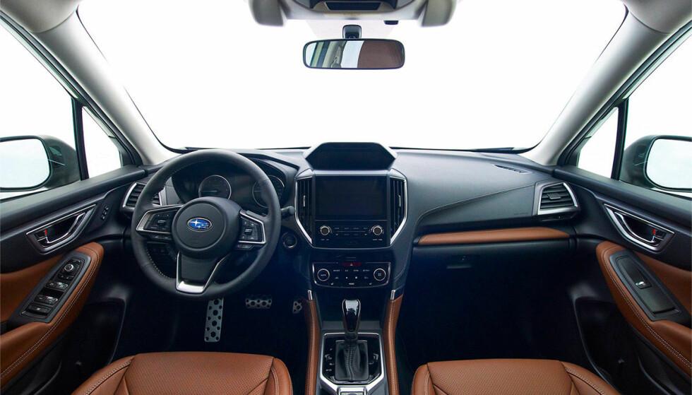 <strong>KLASSISK:</strong> Ingenting futuristisk over det nye Forester-interiøret - dette ser ganske traust, men funksjonelt, ut. Foto: Subaru