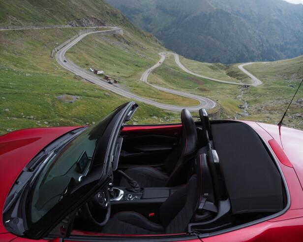 I SITT ESS: Den lille, lette, snernte og kjøreglade bilen passer aller, aller best på slike veier som dette. Foto: Rune M. Nesheim