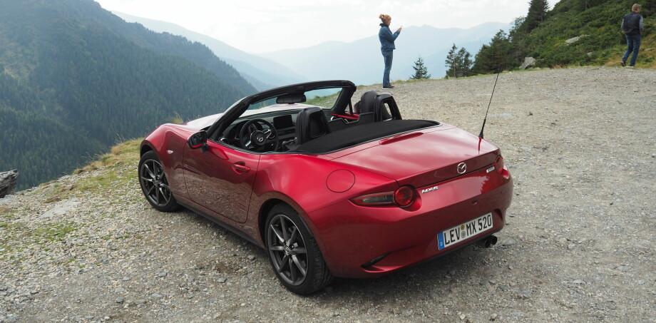 PÅ HØYDEN: Mazda MX-5 fyller 30 år neste år og feirer med noen svært få endringer. Foto: Rune M. Nesheim